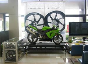 コウノトリ但馬空港ロビーにコンプリートバイクやパーツを展示
